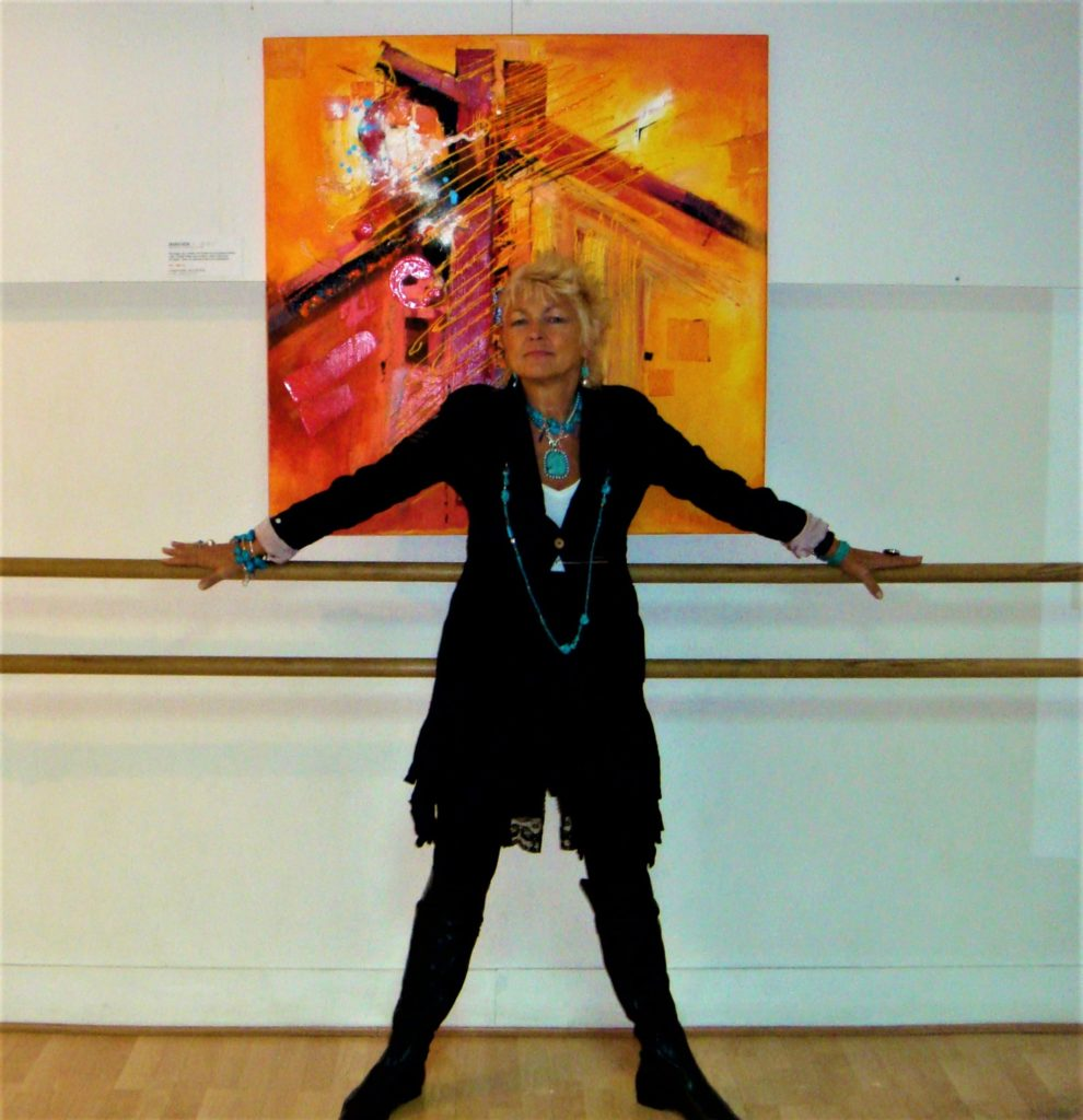 femme artiste peintre en pause le bras en croix
